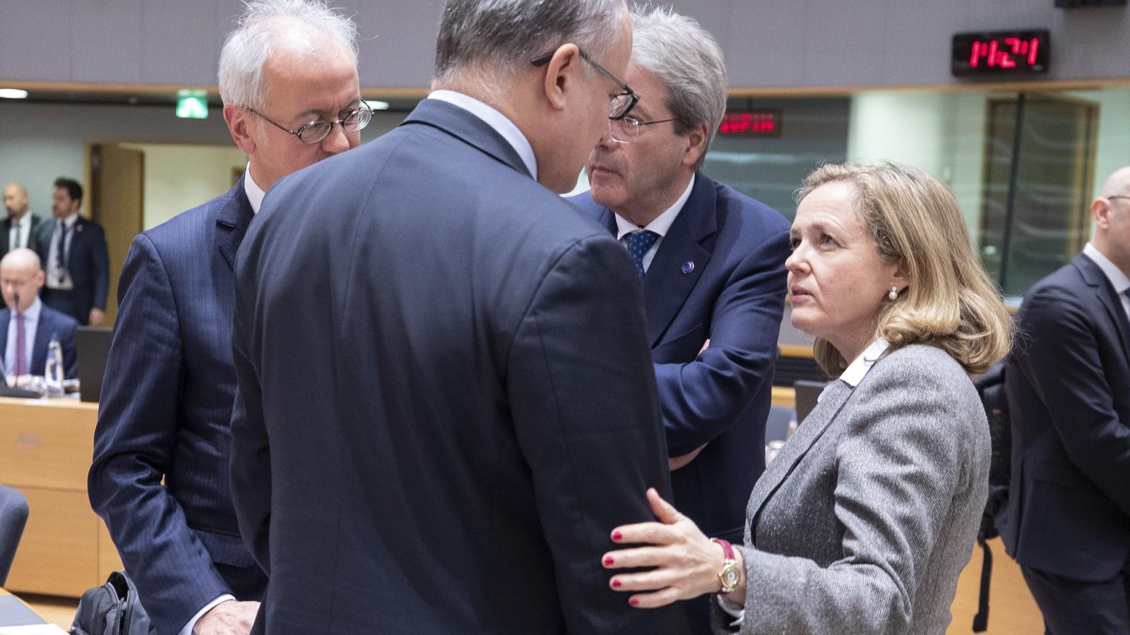 La vicepresidenta econòmica, Nadia Calviño, amb el seu homòleg italià, Roberto Gualtieri i el comissari d'Economia, Paolo Gentiloni.
