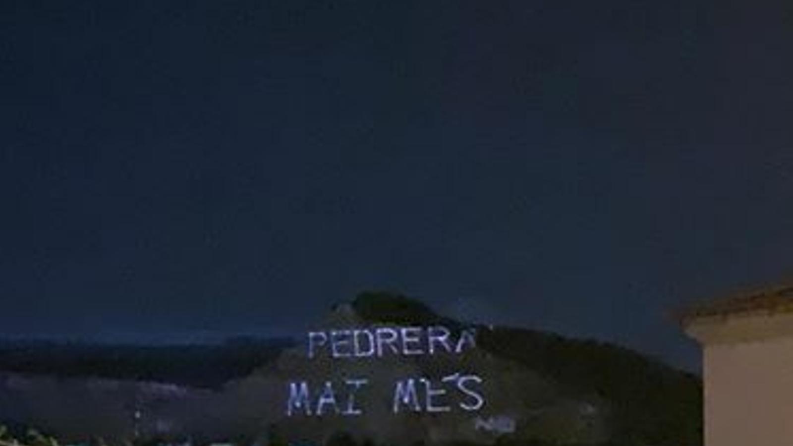 La pedrera d'Establiments s'il·lumina en forma de protesta: 'Pedrera mai més'