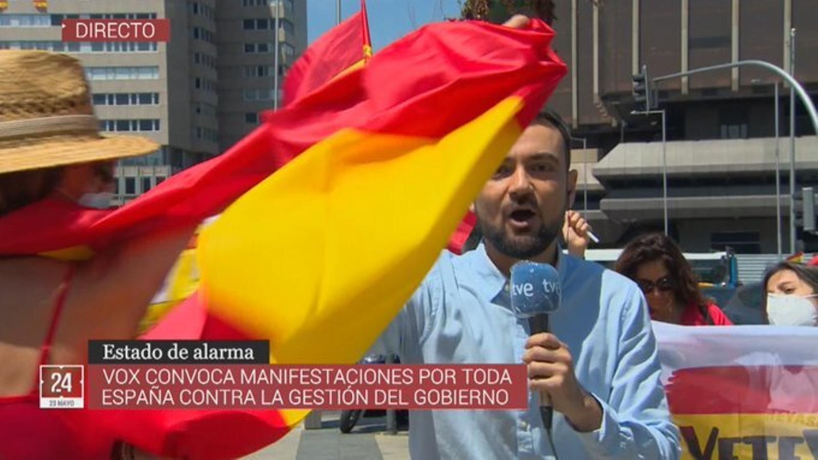 Durant la connexió, els manifestants han fet sonar els clàxons perquè no se sentís al periodista