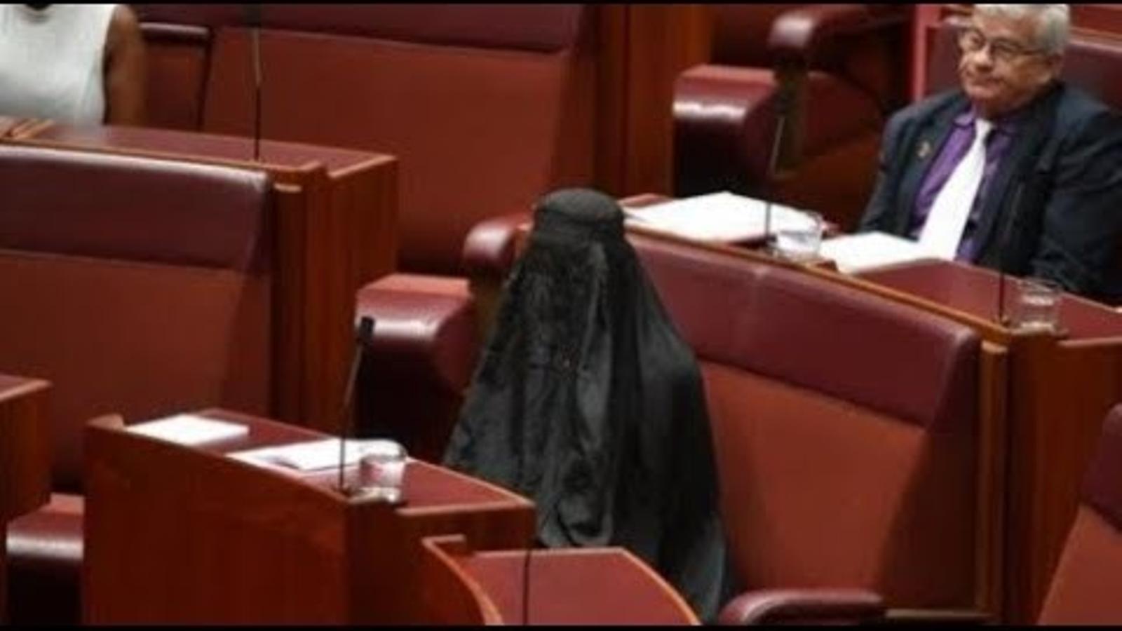 La senadora australiana Pauline Hanson porta un burka en una sessió del parlament