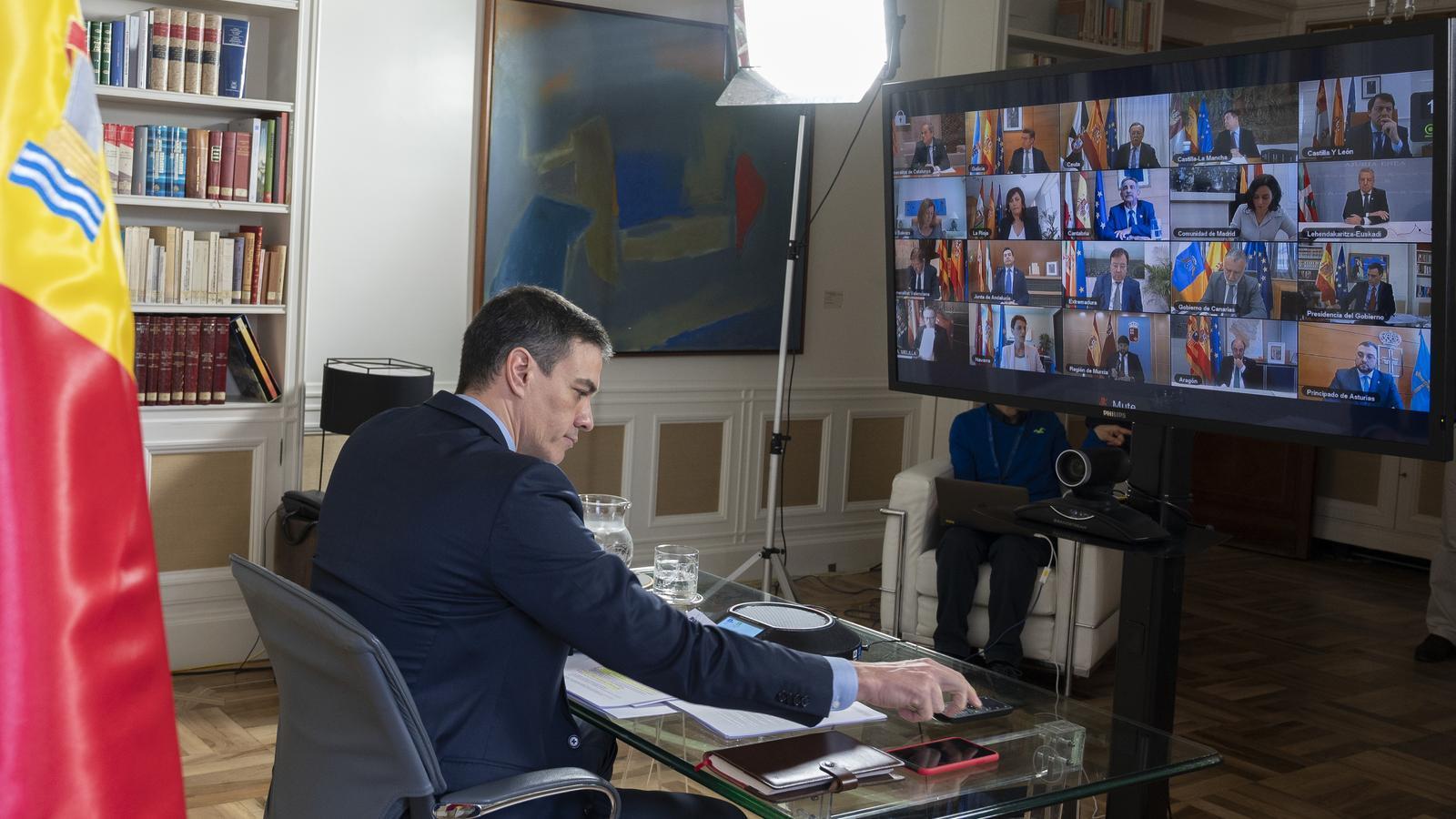 Pedro Sánchez ha presidit des de la Moncloa la videoconferència de presidents per detallar l'aplicació de l'estat d'alarma pel coronavirus.