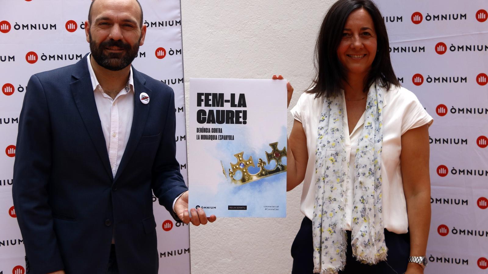 El vicepresident d'Òmnium, Marcel Mauri, i la doctora en Dret i experta en drets humans Neus Torbisco mostren el cartell de la campanya de l'entitat