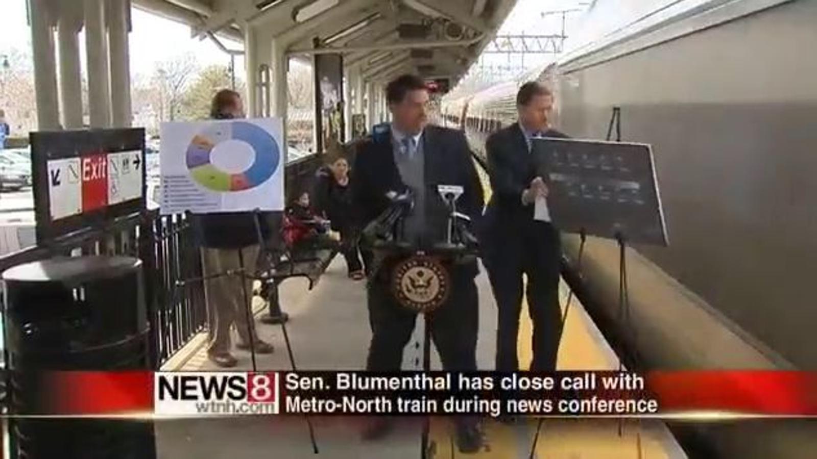 Un senador americà, a punt de ser atropellat per un tren… durant una roda de premsa sobre  seguretat ferroviària