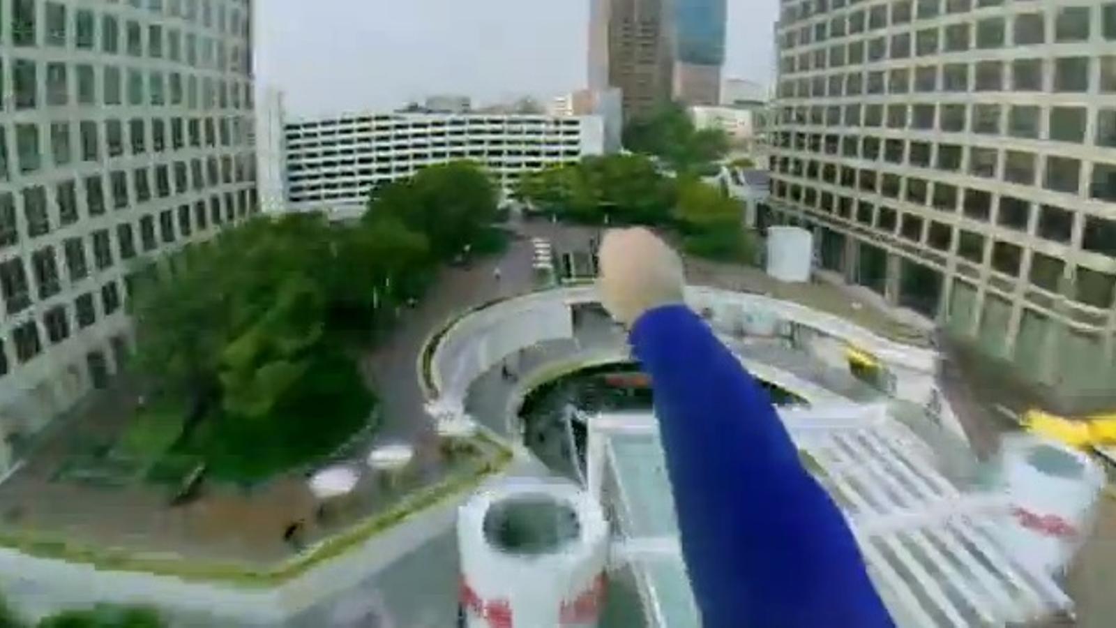 Això és el que passa quan Superman puja a un drone