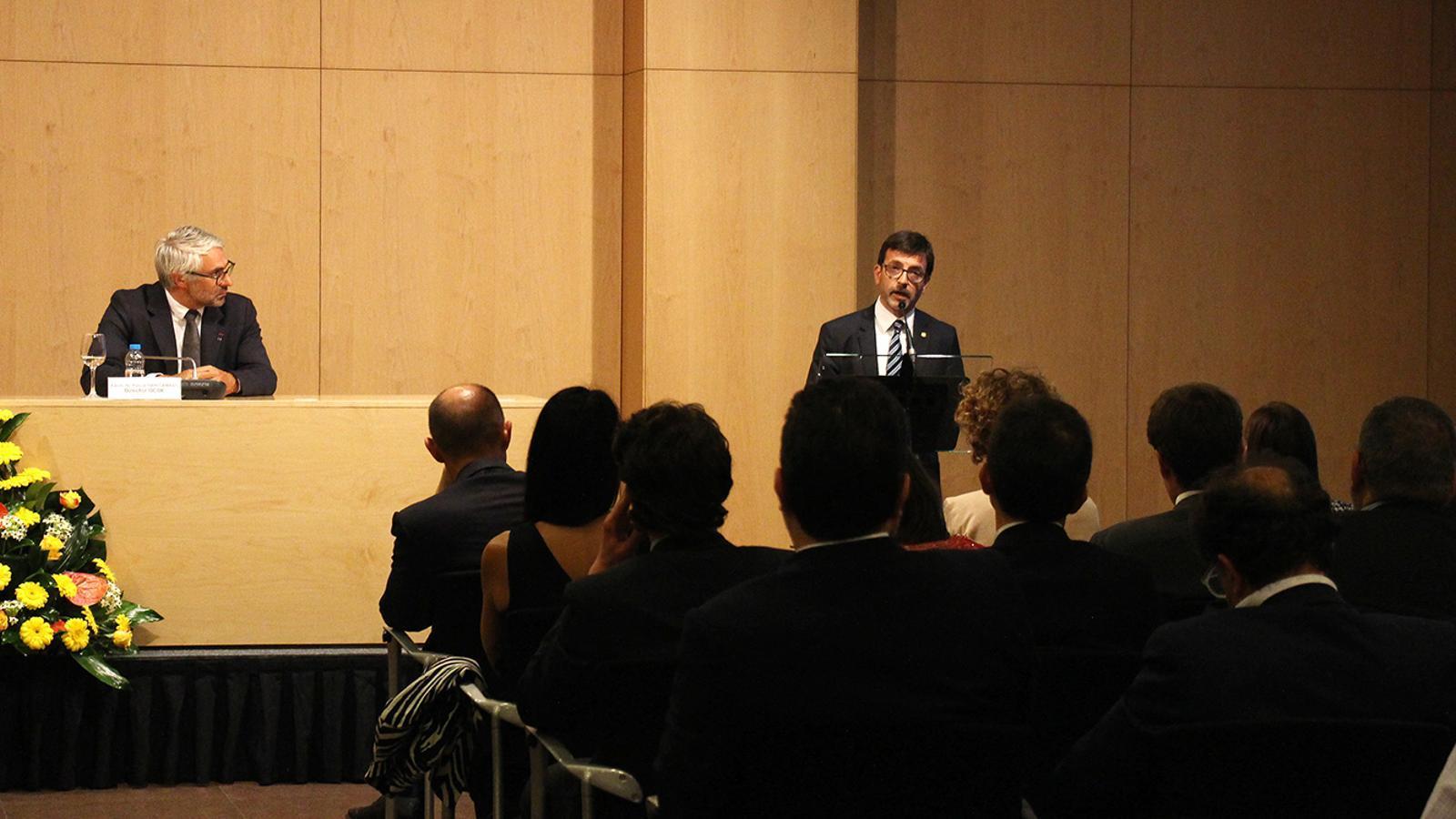 El ministre de Finances, Jordi Cinca, presenta la conferència que ha ofert el director del Centre de Política Tributària i Administració de l'OCDE, Pascal Saint-Amans. / M. F. (ANA)