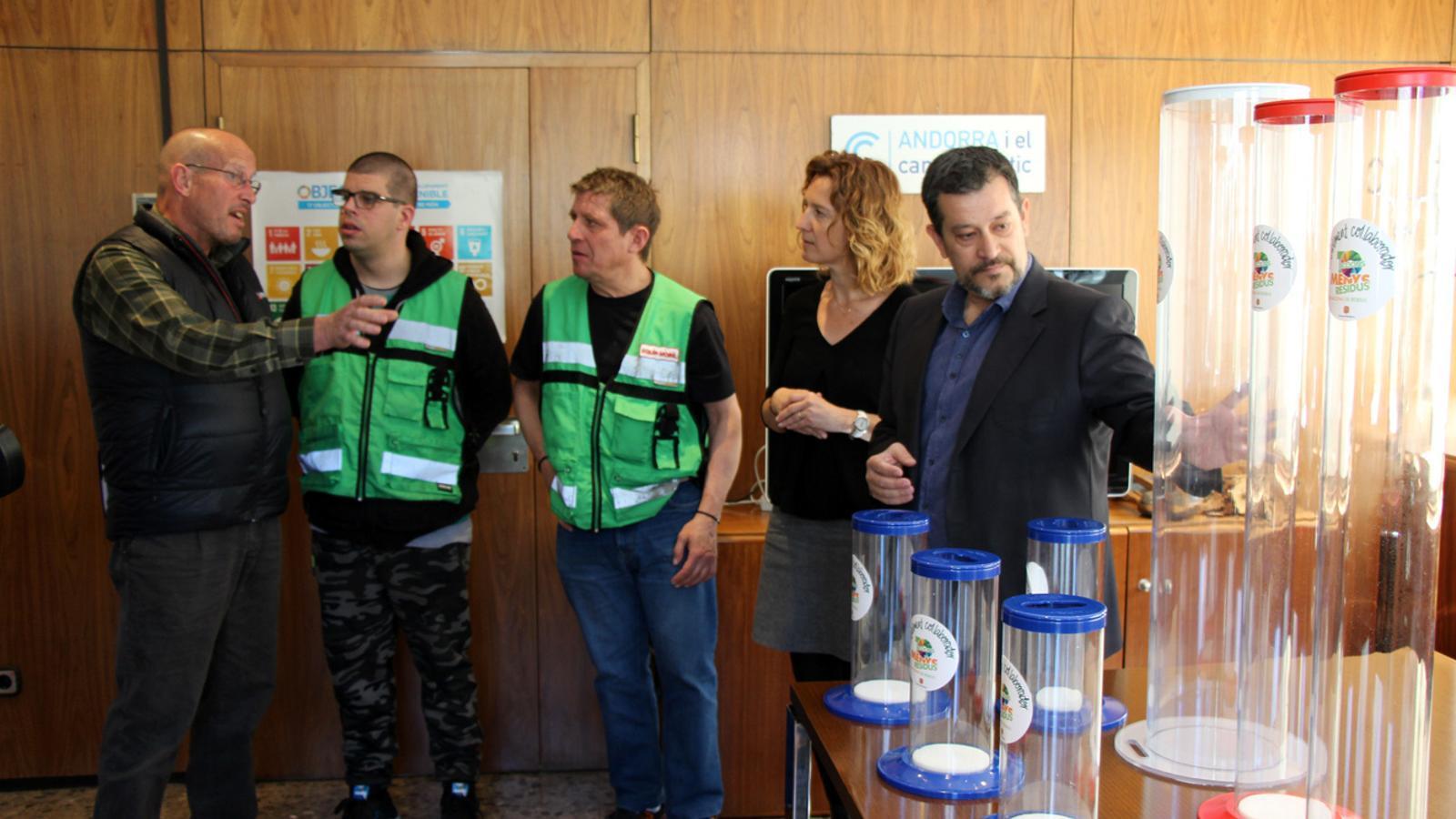 La ministra de Medi Ambient, Agricultura i Sostenibilitat, Sílvia Calvó, junt amb l'equip de persones que ha recollit els contenidors. / T. N. (ANA)
