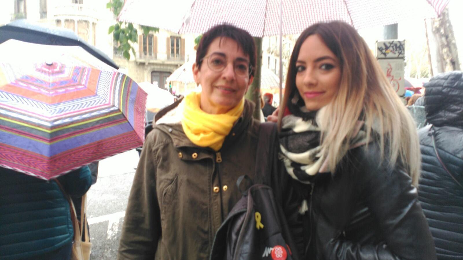Cristina Sánchez i l'Adriana Tarrida, mare i filla,  es manifesten en defensa de l'escola catalana