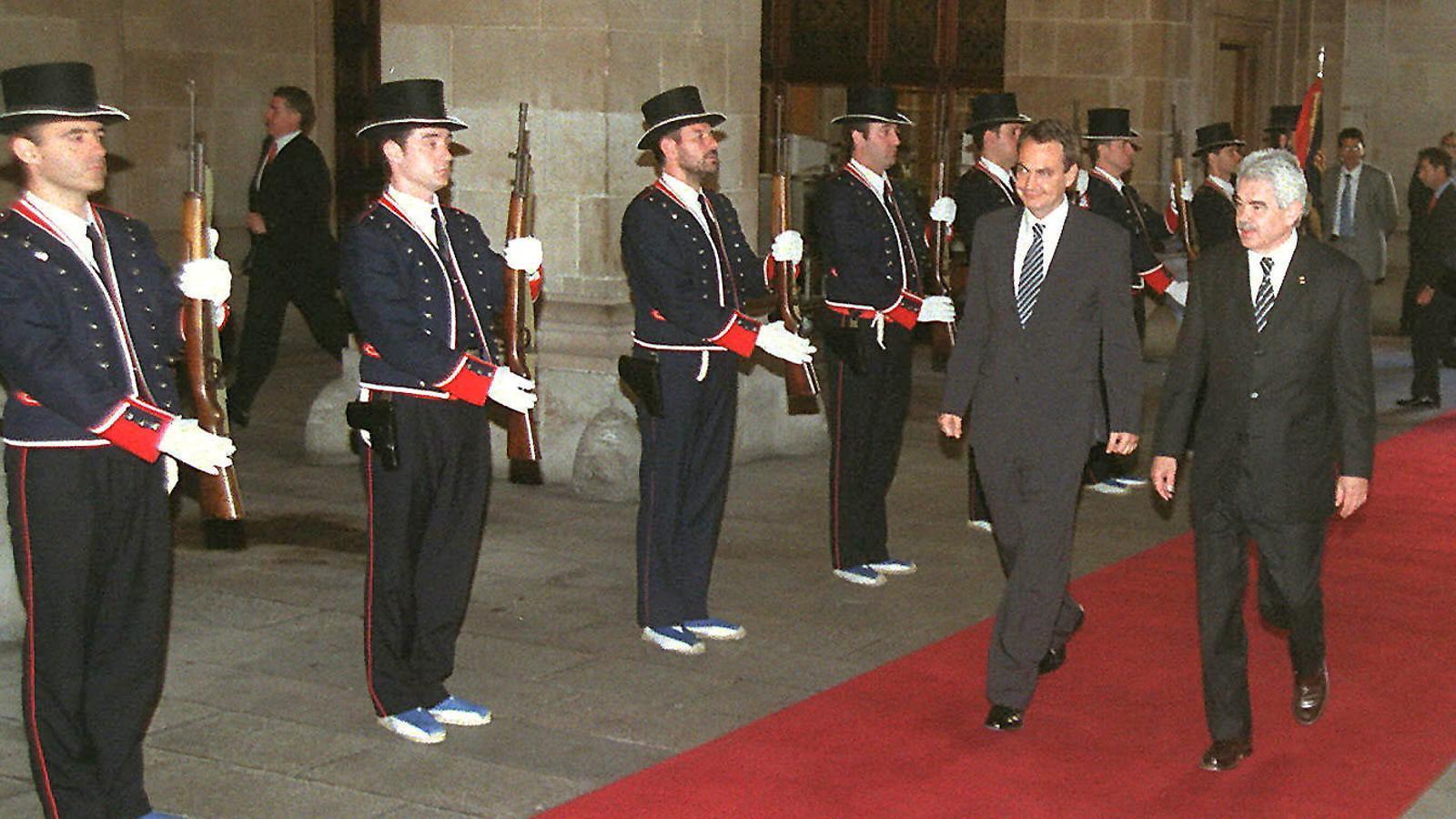 Josep Tarradellas va rebre les credencials de president de mans d'Adolfo Suárez.  Felipe González donant el condol a la viuda de Josep Tarradellas a la Plaça de la Catedral.  Pasqual Maragall i José Luis Rodríguez Zapatero junts al Palau de la Generalitat.