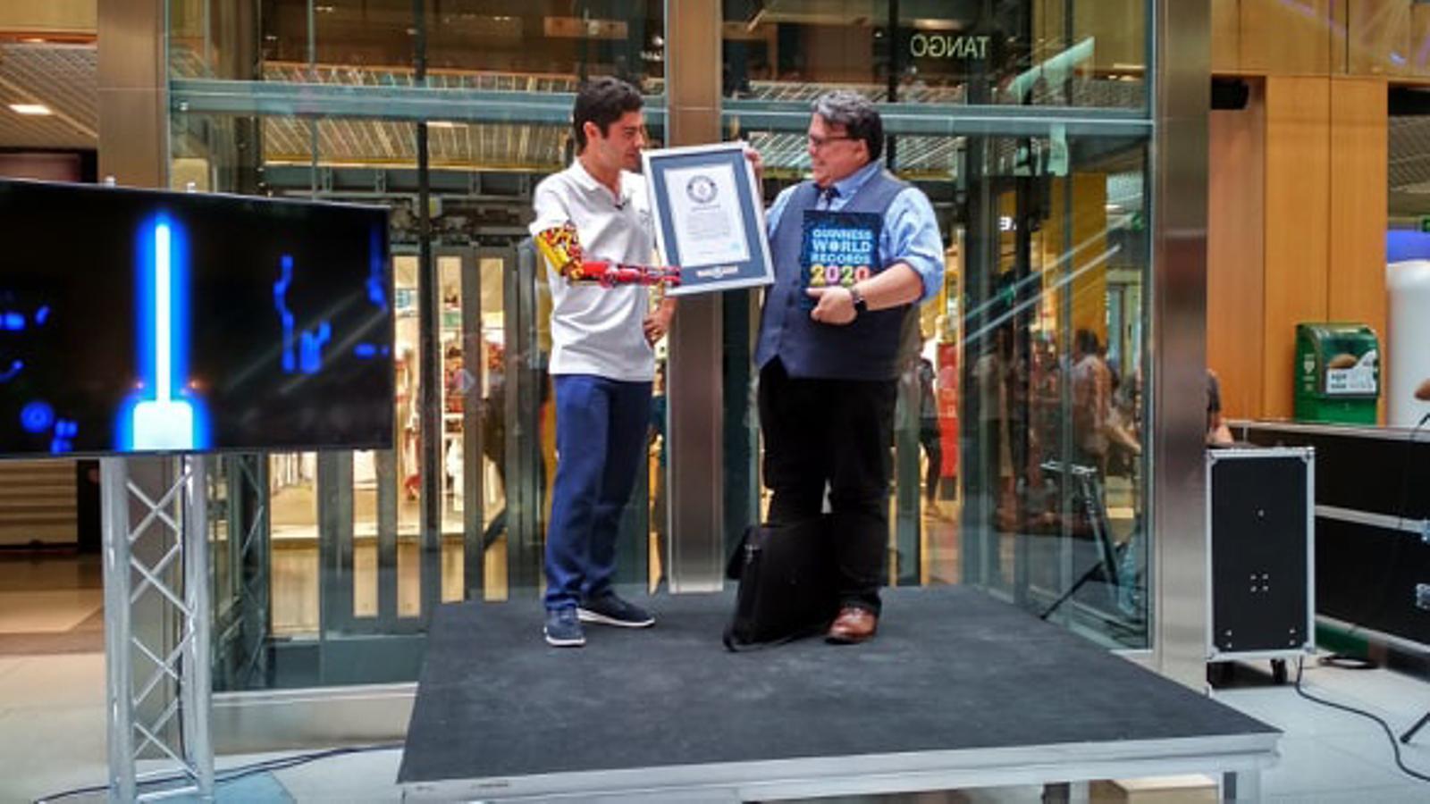 El jove andorrà David Aguilar rep l'acreditació per haver assolit un rècord Guiness. / T. N.