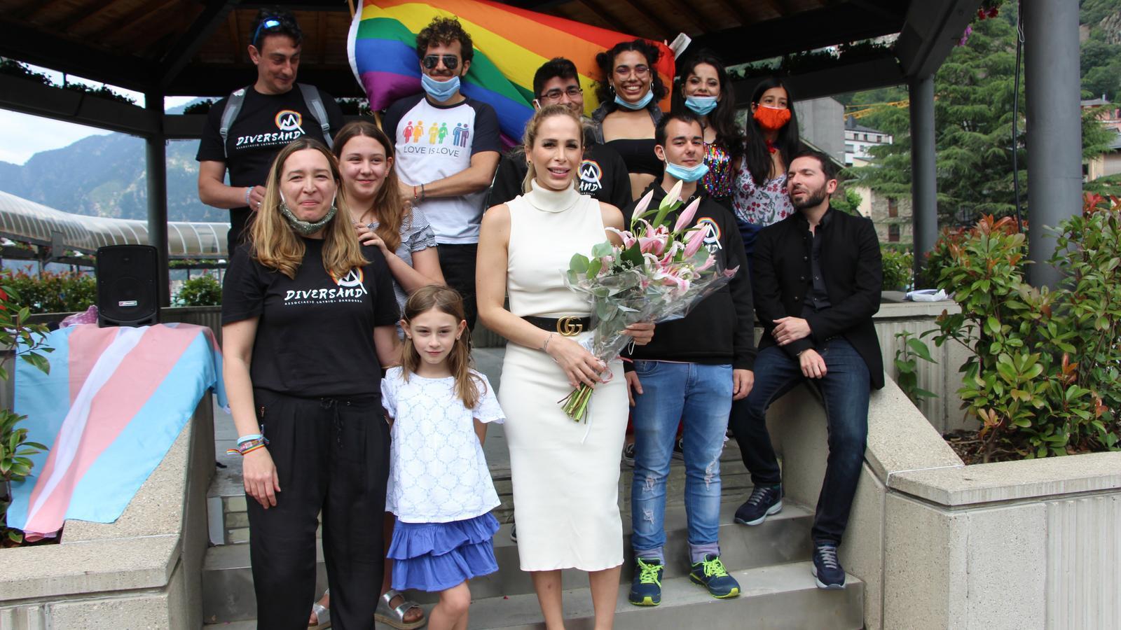 Michelle Relayze amb membres de l'associació Diversand. / A. S. (ANA)