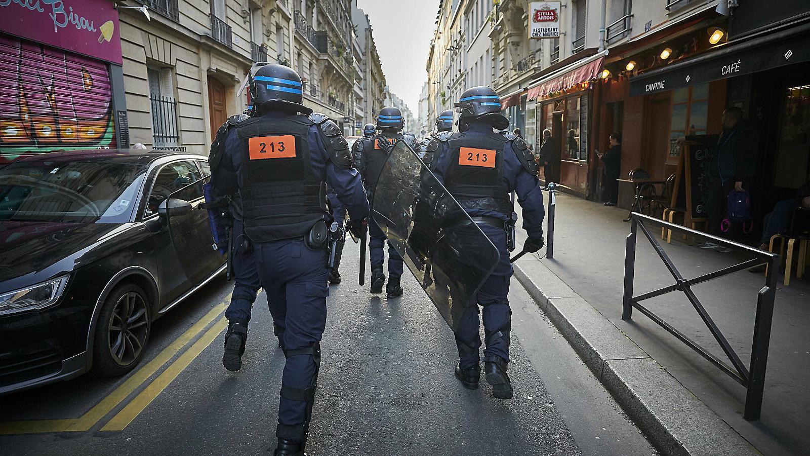 Policies antiavalots actuant en una manifestació a París.