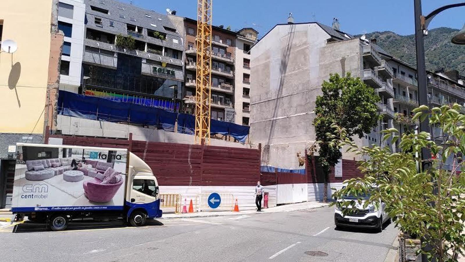 El Grup Cierco projecta un macroedifici en aquest solar, vist des del carrer Prat de la Creu
