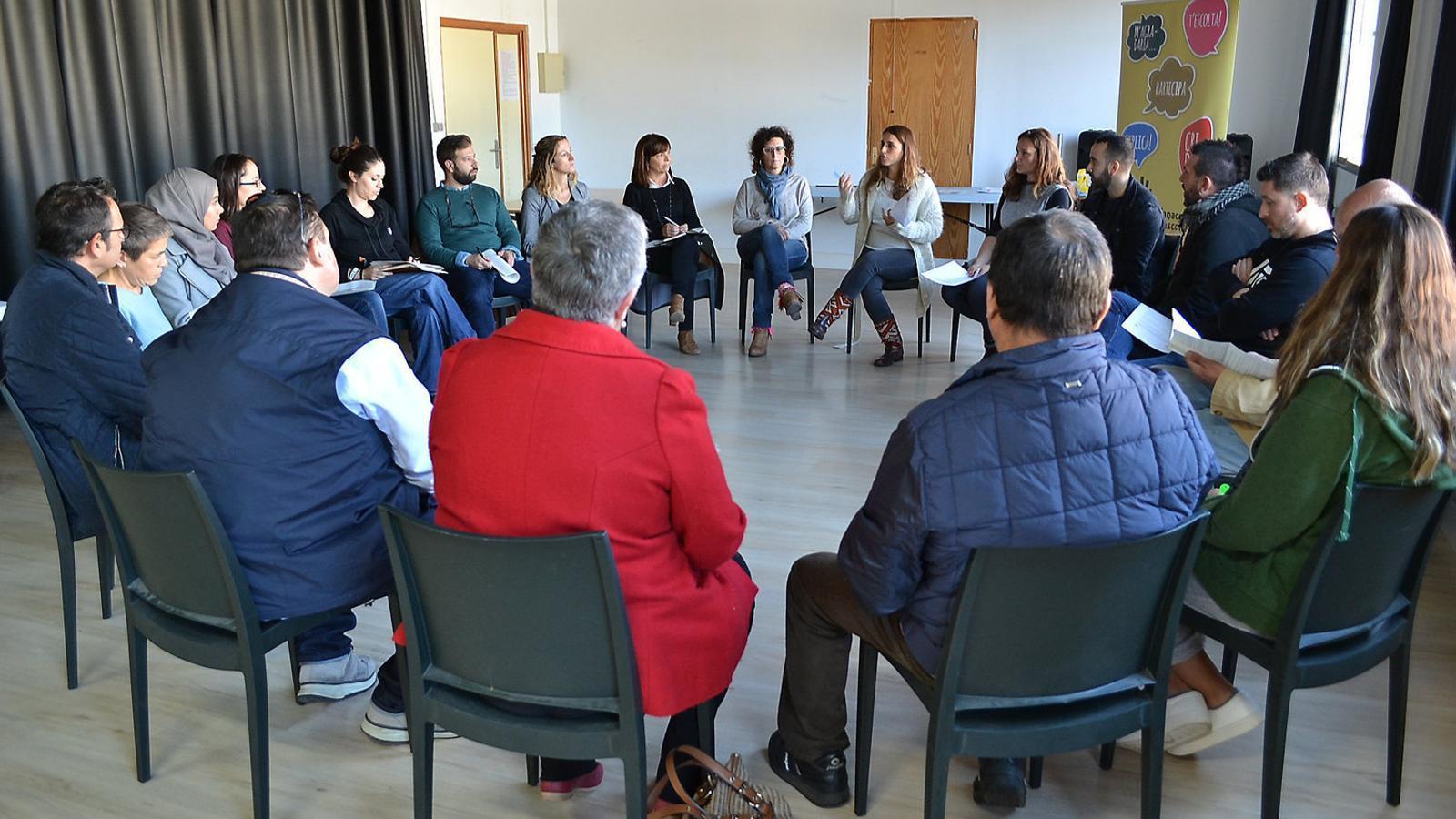 Imagte de la primera part de la reunió, abans de formar-se els grups de treball i debat.