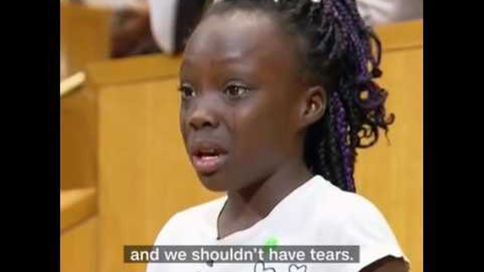 Una nena de Charlotte plora reclamant més drets pels negres.
