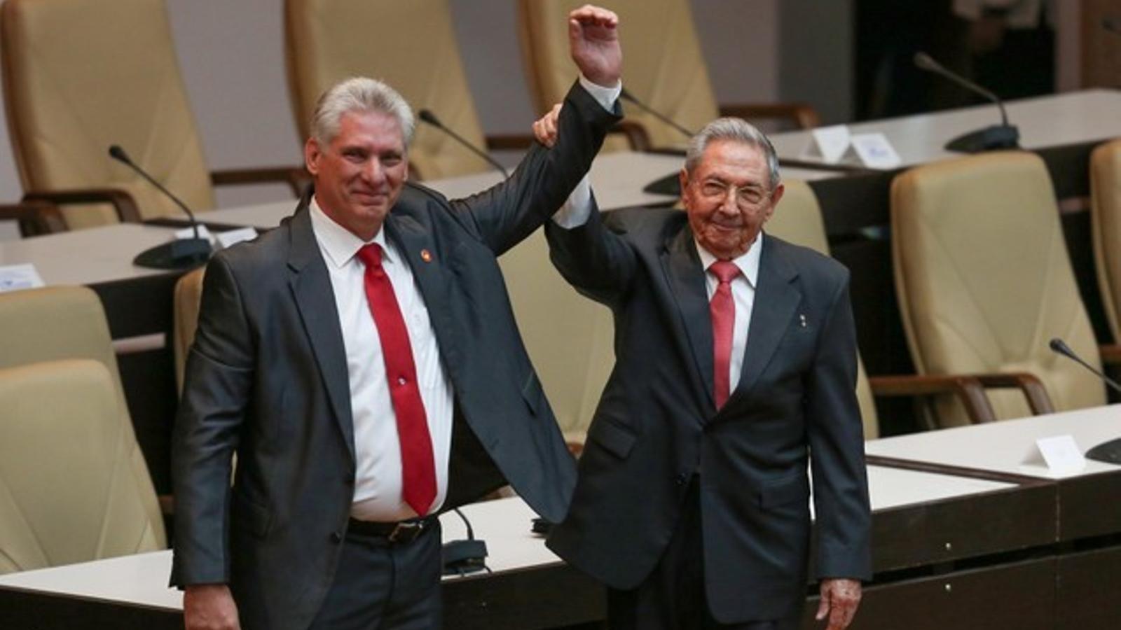 El president sortint, raúl castro, aixeca el braç del nou president de Cuba, Miguel Díaz-Canel.