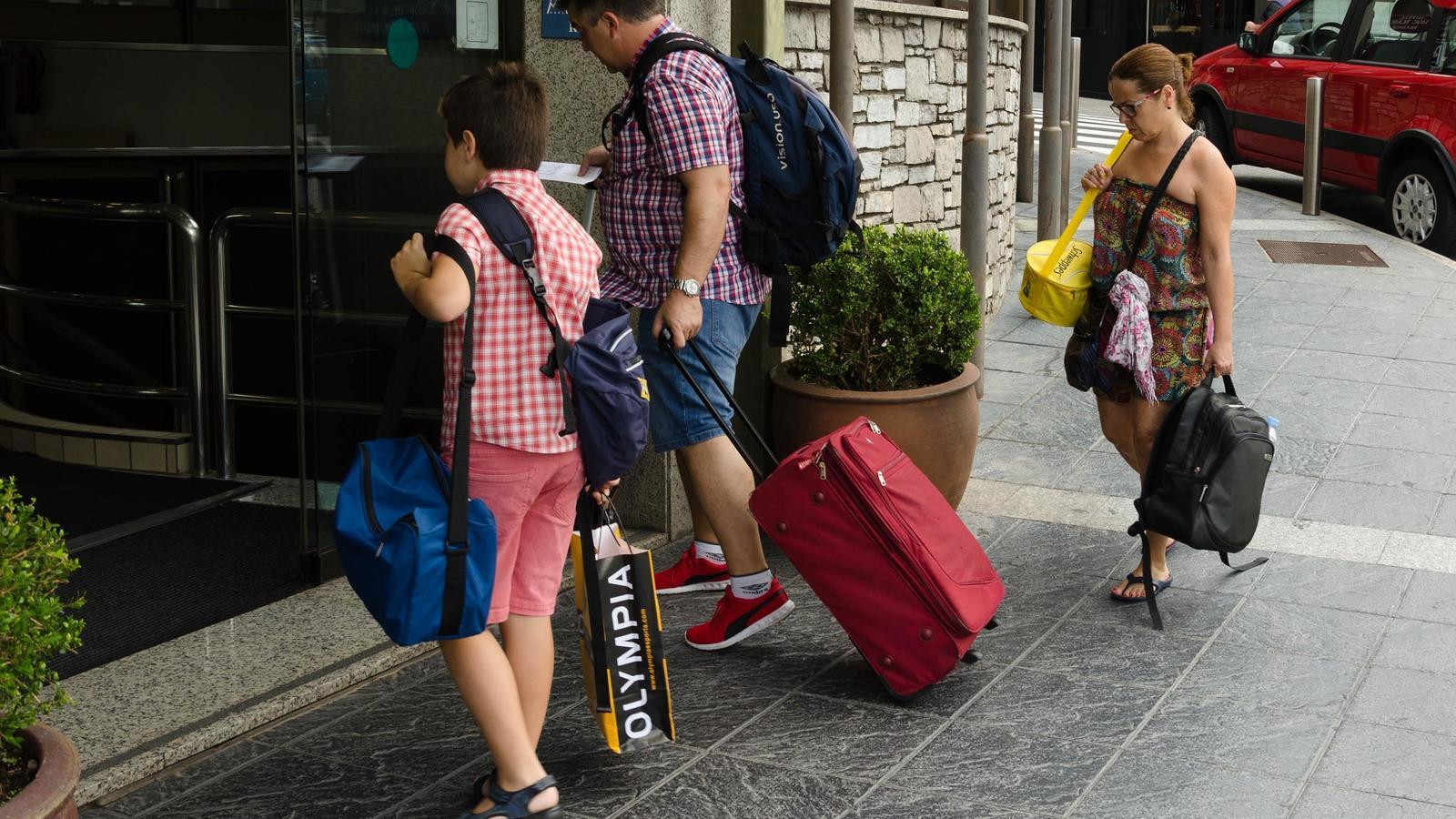 Tres turistes entren en un hotel d'Escaldes-Engordany. / ARXIU ANA