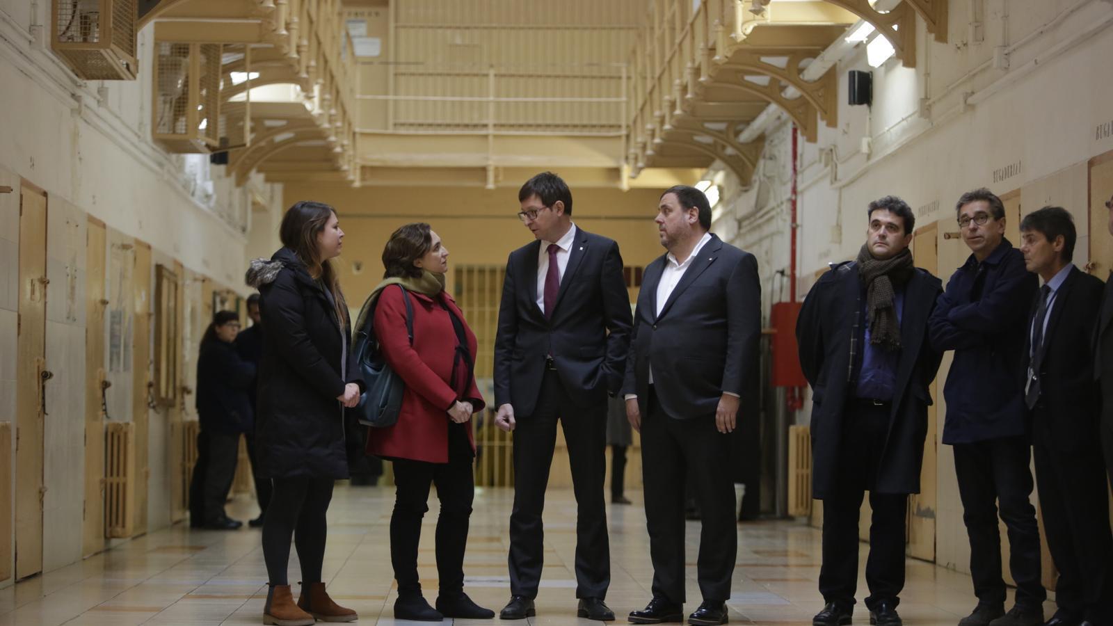 Oriol Junqueras, Carles Mundó, Ada Colau i Janet Sanz visitant l'antiga presó de la Model / PERE TORDERA