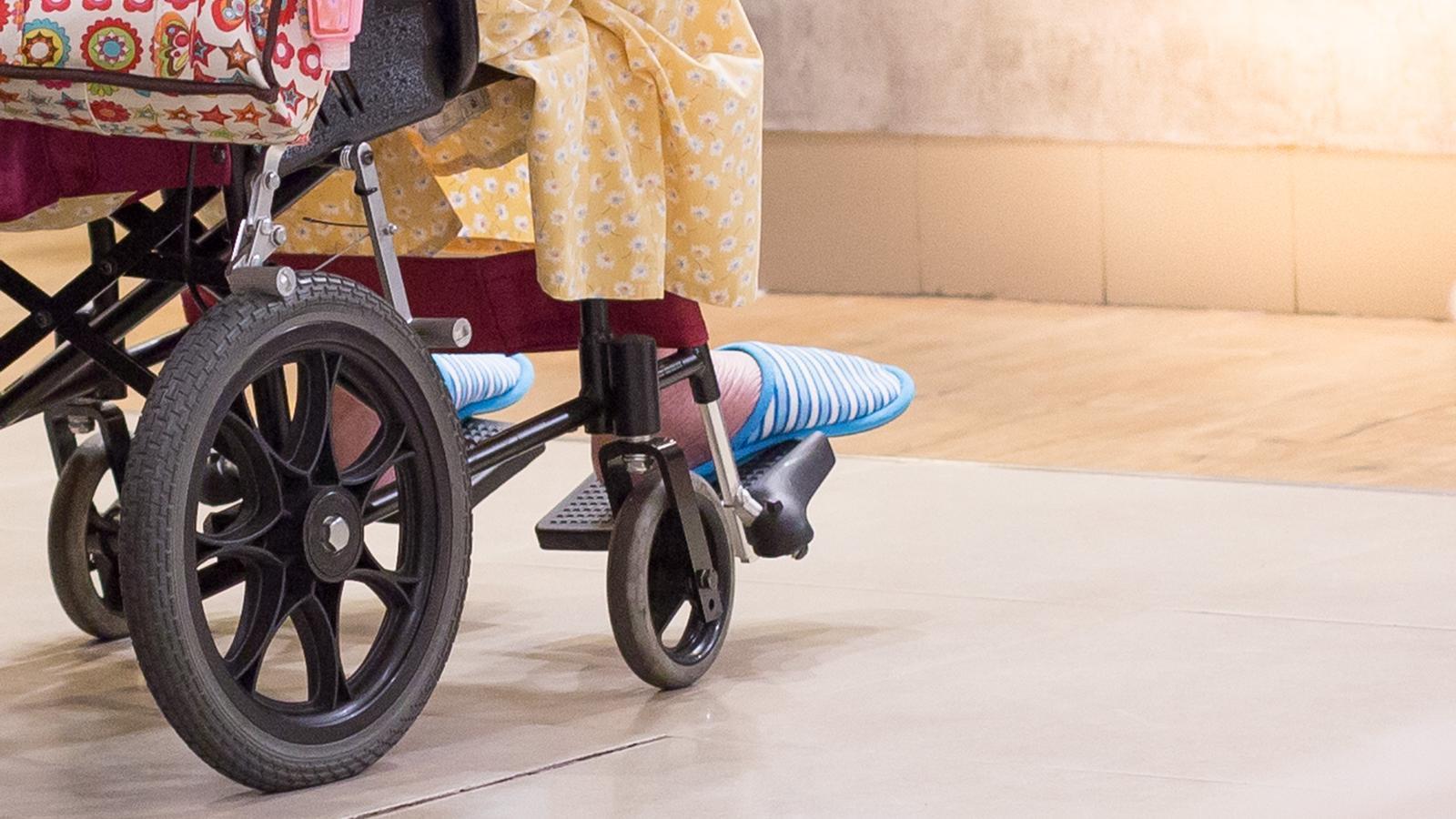 Una dona en cadira de rodes