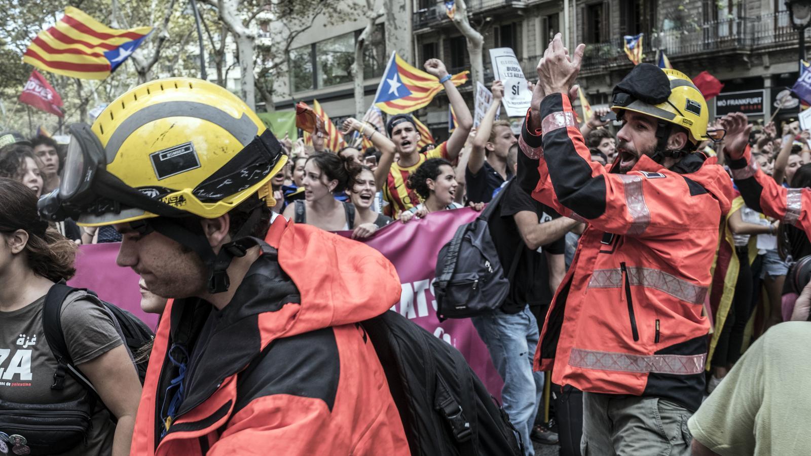 Els estudiants han rebut el suport d'un grup de bombers que s'han sumat a la manifestació .