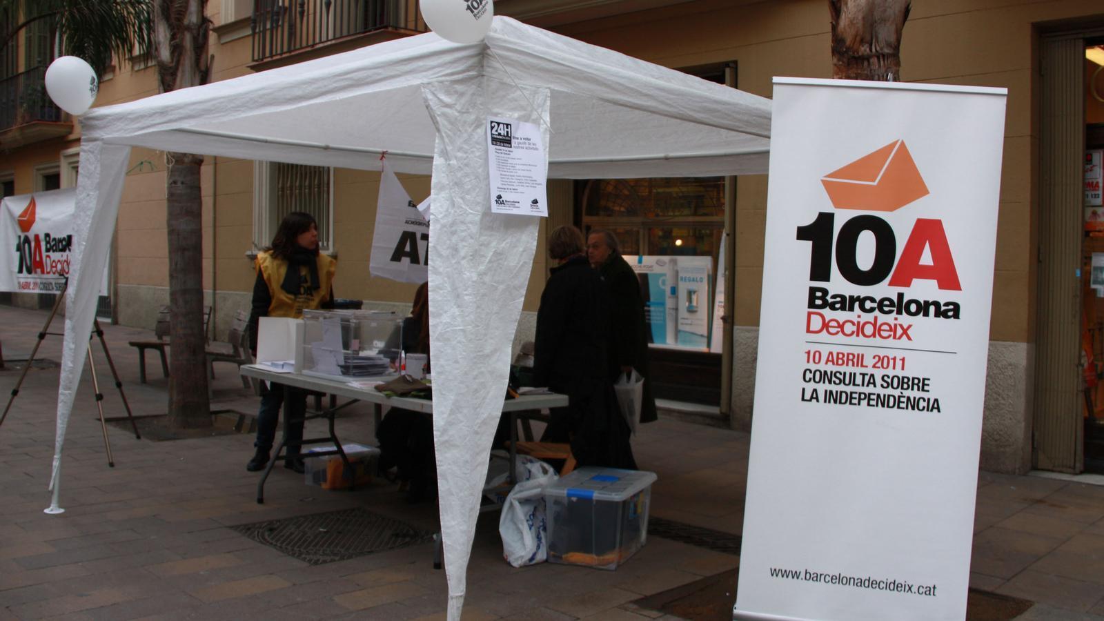 Una de les meses ubicades a Gràcia per recollir el vot anticipat per a la consulta sobiranista de Barcelona del 10 d'abril a Barcelona.