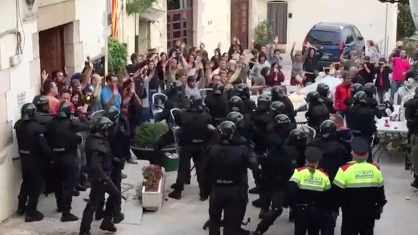 La Policia Nacional dispara un esprai a Aiguaviva.