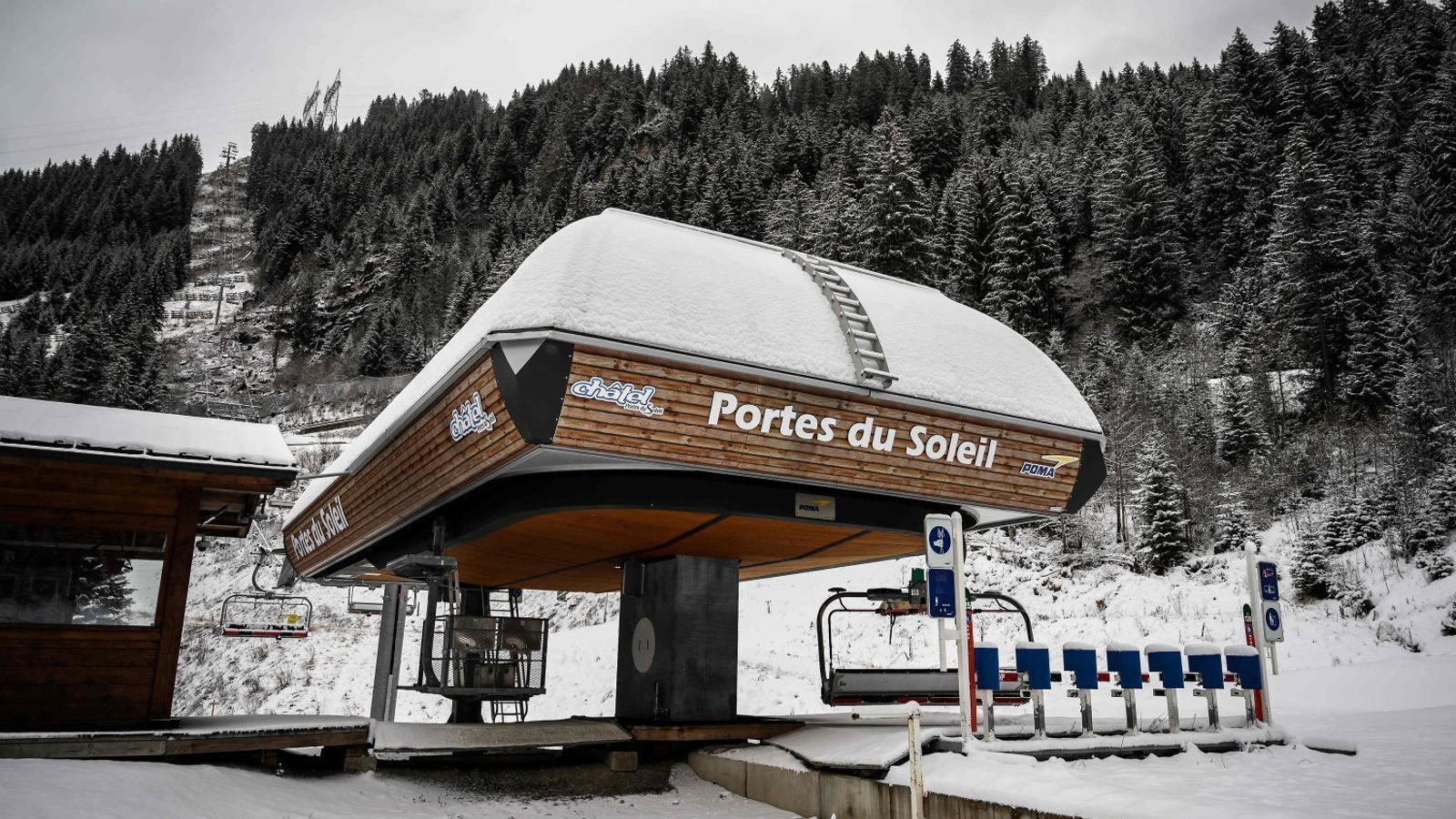 Un remuntador aturat dimarts a l'estació d'esquí francesa de Châtel, limítrofa amb Suïssa. / FABRICE COFFRINI / AFP