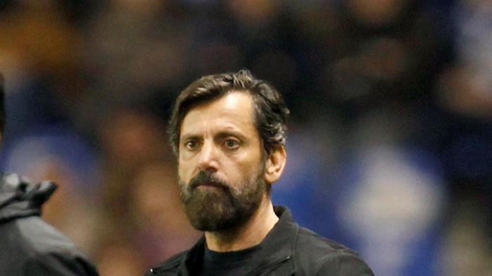Quique Sánchez Flores mira des de la banda el partit de l'Espanyol a Riazor