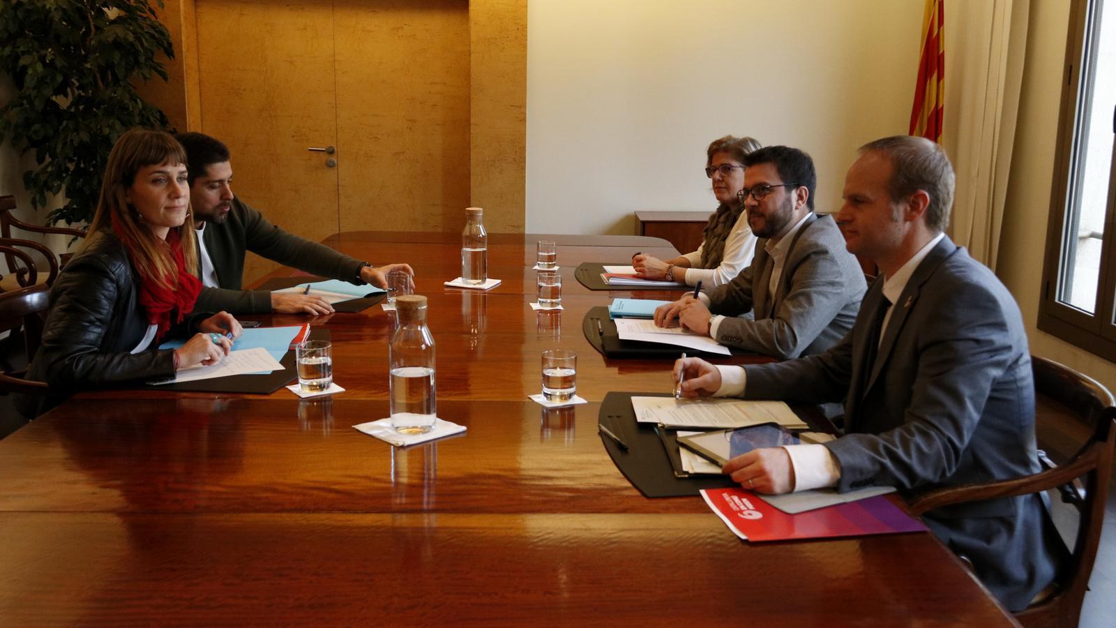 """Una reunió """"satisfactòria"""" per al Govern i """"decebedora"""" per als comuns: comença la negociació pels pressupostos"""