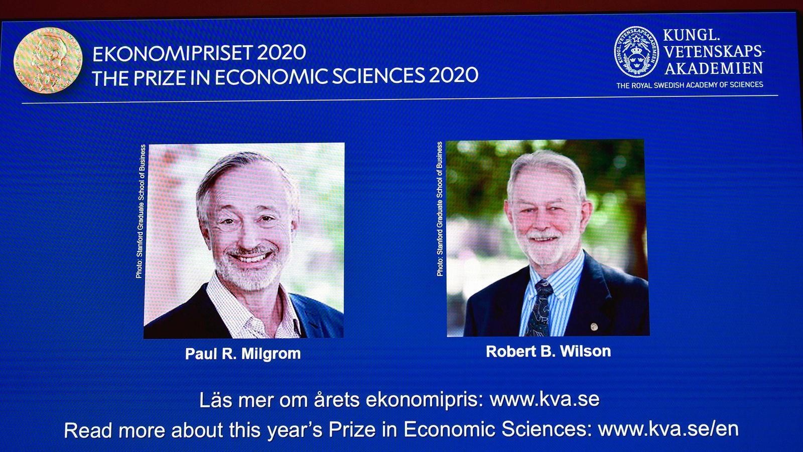 Una pantalla anuncia els dos guanyadors del Nobel d'Economia del 2020, a la seu de la Reial Acadèmia de Ciències de Suècia.