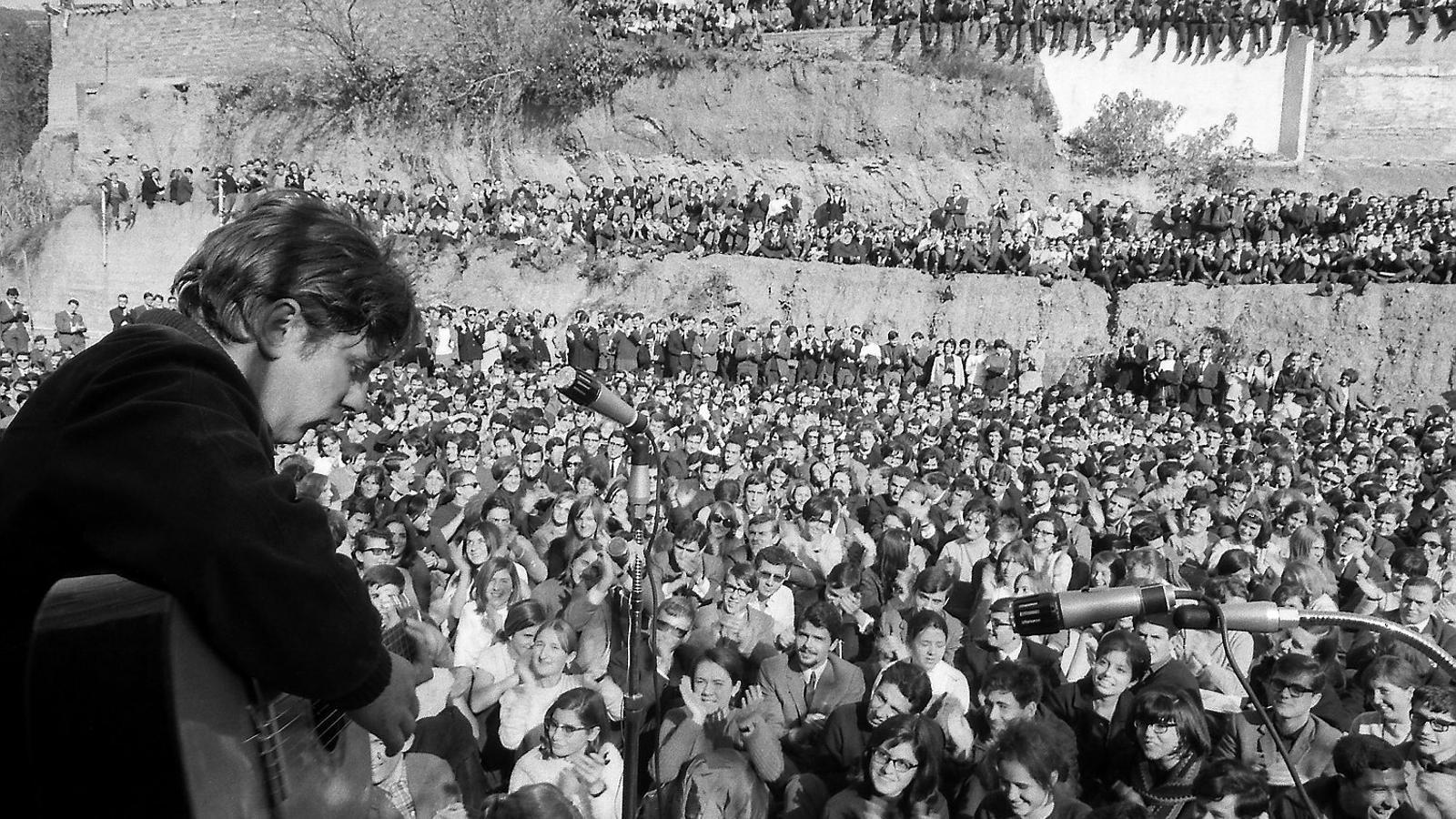 Raimon durant el concert que va fer a l'Institut Químic de Sarrià el novembre del 1966.