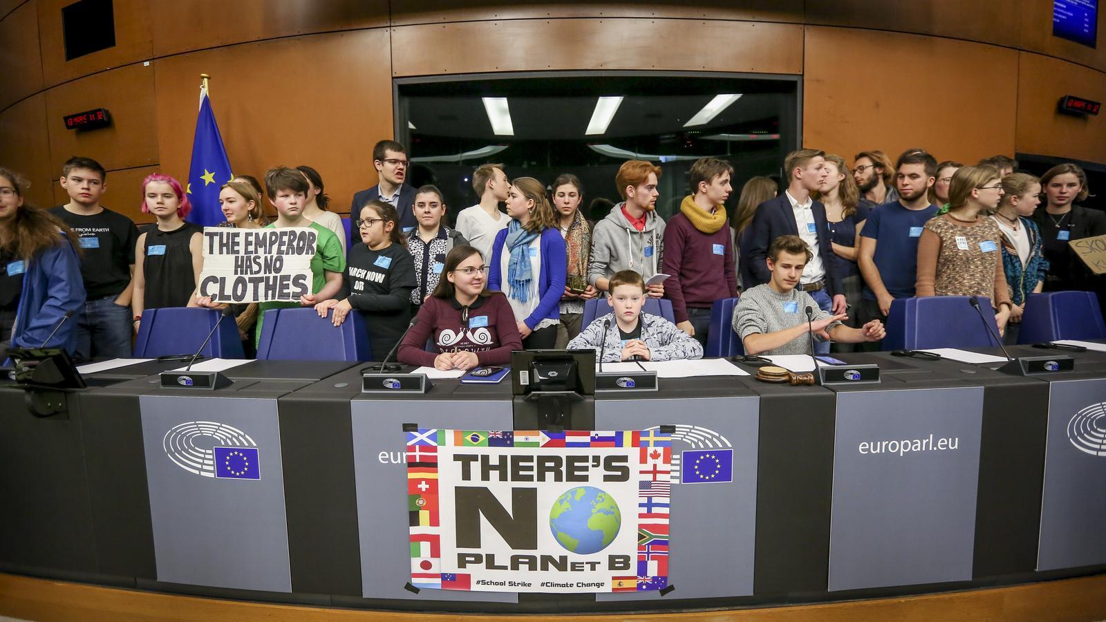 Membres de joves pel clima en una roda de premsa al parlament europeu