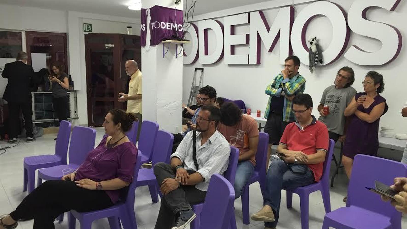 El candidat a senador per les Pitiüses Mario Devis mira els resultats a la seu de Podem