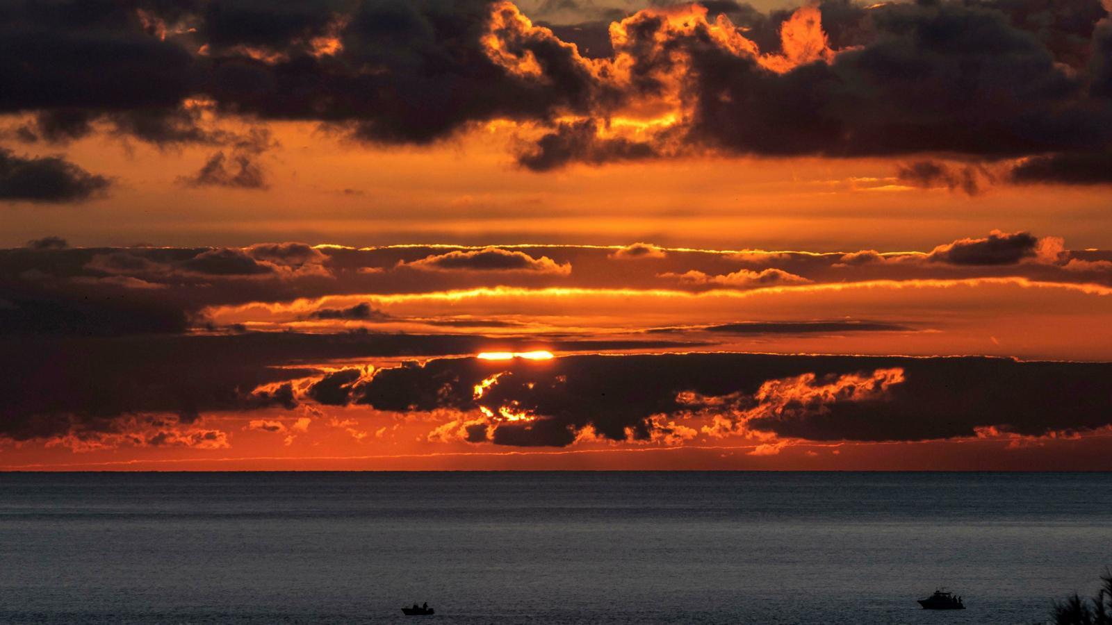 Posta de sol a Andratx aquest dilluns dia 30 de desembre. / EFE