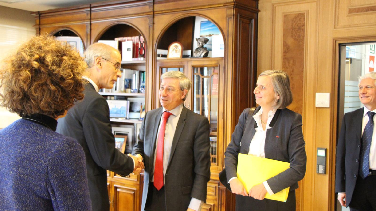 El cap de Govern, Toni Martí, saluda el prefecte d'Occitània, Etienne Guyot, en presència de l'ambaixadora de França a Andorra, Jocelyne Caballero, i de la ministra d'Exteriors, Maria Ubach. / B. N. (ANA)