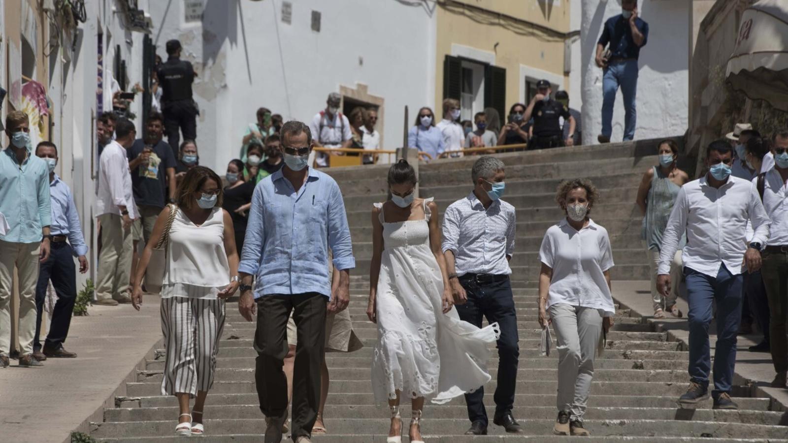 Les principals autoritats de Balears han acompanyat als reis en el petit passeig per Ciutadella.