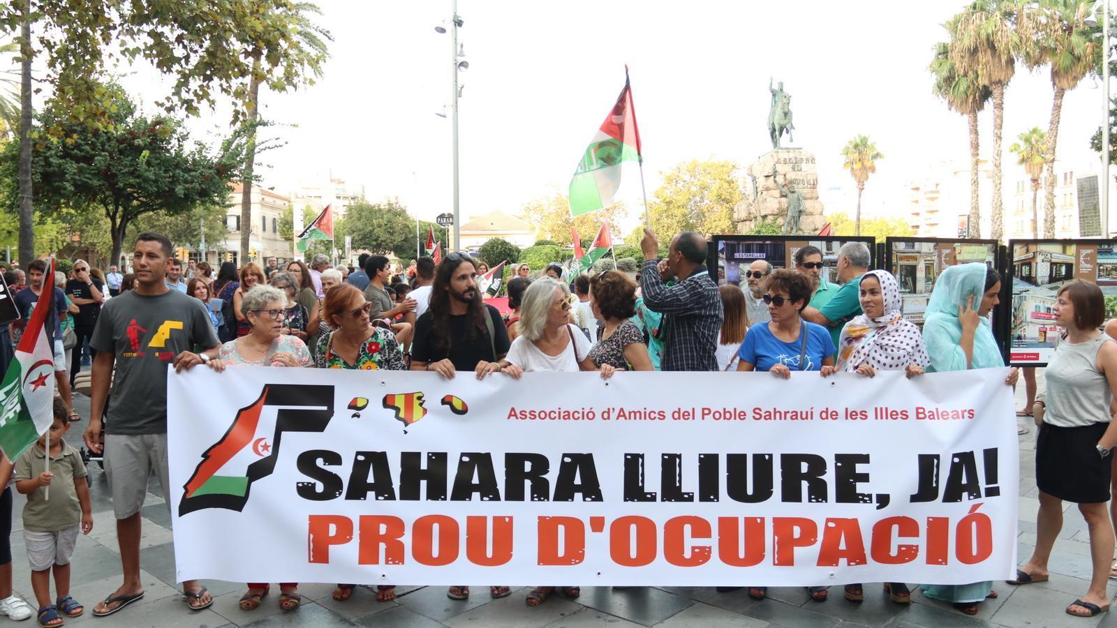Un centenar de persones es concentren per demanar la llibertat del poble saharaui