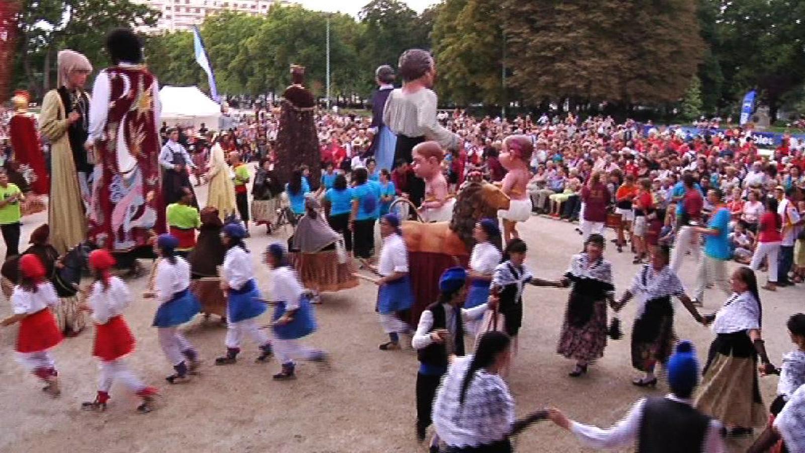 Castellers, gegants i sardanes envaeixen Grenoble