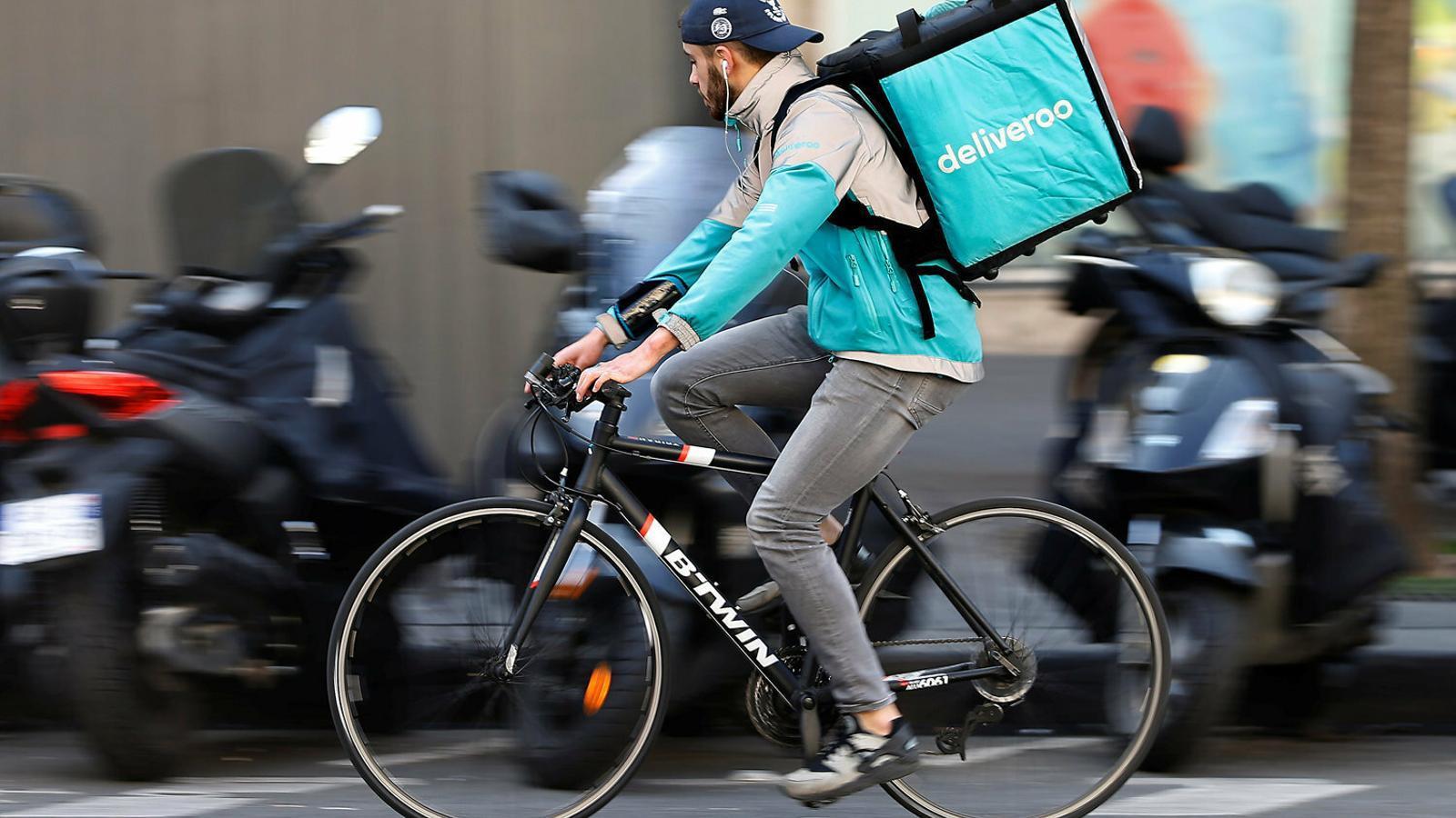 La UGT denuncia que Glovo i Deliveroo s'estalvien 168 milions anuals en sous i cotitzacions dels 'riders'