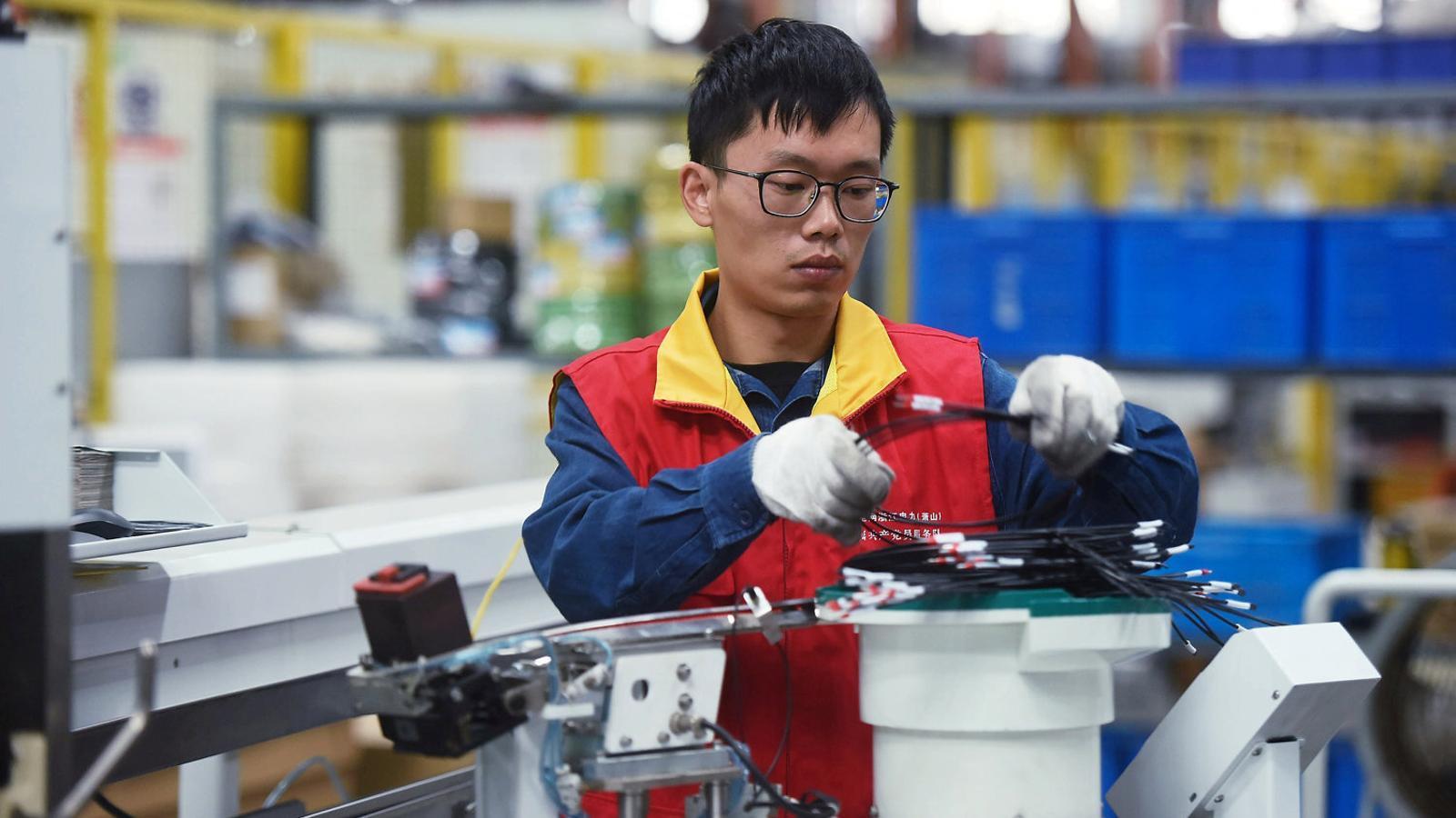 Un treballador d'una empresa de cables a la ciutat de Hangzhou.