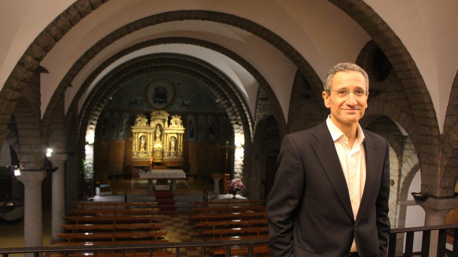 El conseller de Cultura del comú d'Escaldes-Engordany, Salomó Benchluch, a l'interior de l'església de Sant Pere Màrtir. / L. M. (ANA)