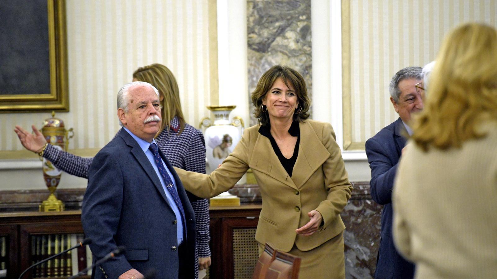 A l'esquerra, el tinent fiscal del Tribunal Suprem, Luis Navajas, al costat de la fiscal general de l'Estat, Dolores Delgado