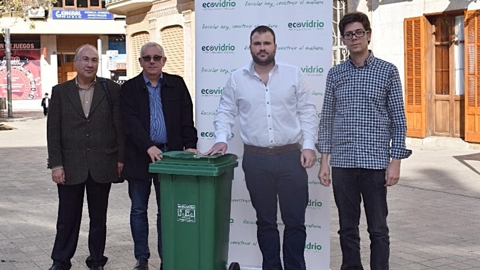 El regidor Verdejo, segons per la dreta, amb representants de l'empresa gestora i de la restauració.