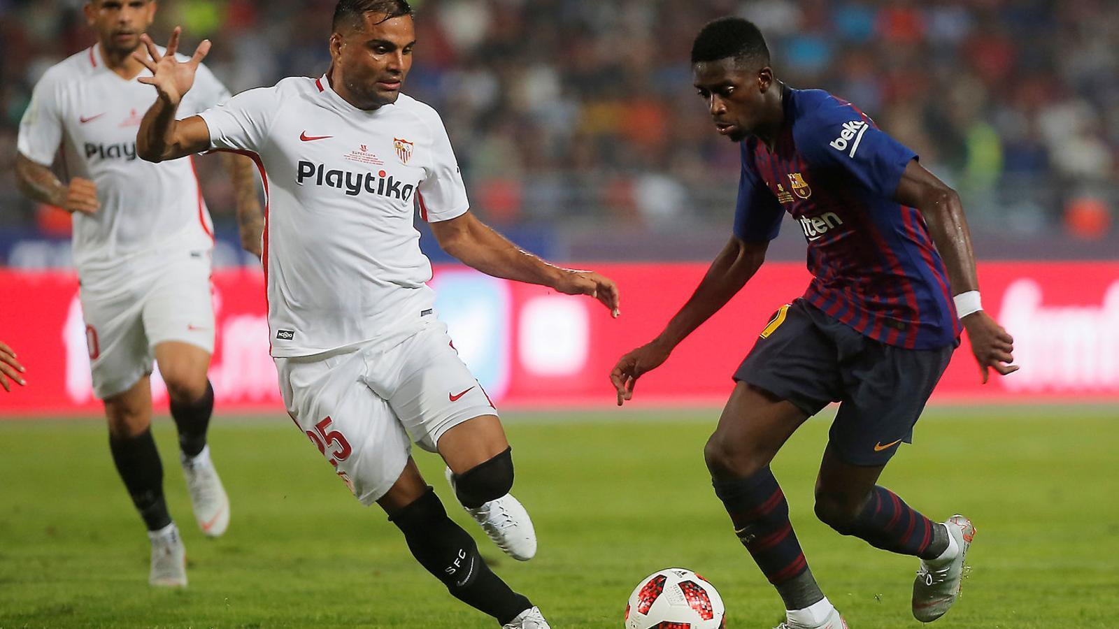 Dembélé controlant la pilota davant la pressió de Muriel diumenge a la Supercopa.