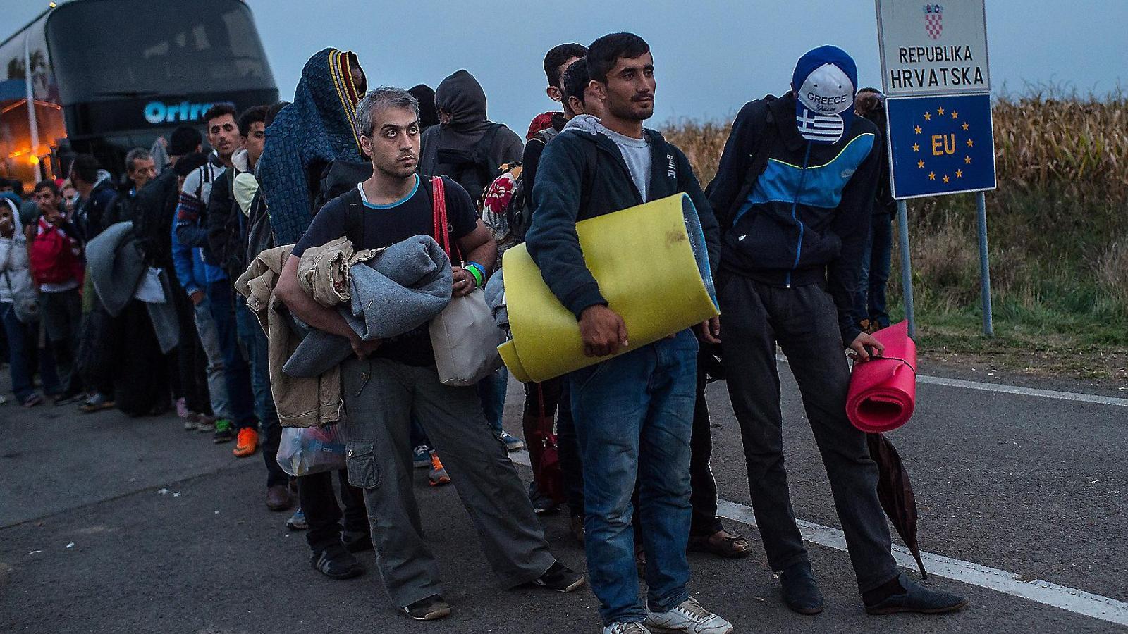 Un grup de refugiats sirians arribant a la frontera entre Croàcia i Hongria, ahir.