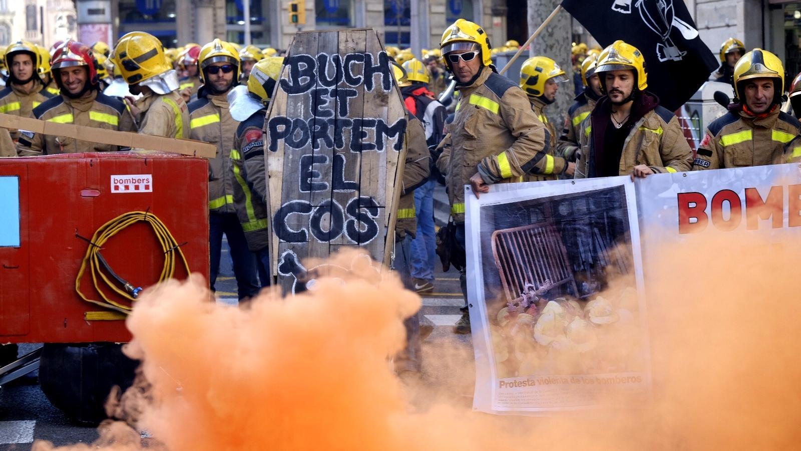 Més de mig miler de bombers es manifesten contra la falta d'efectius a Barcelona