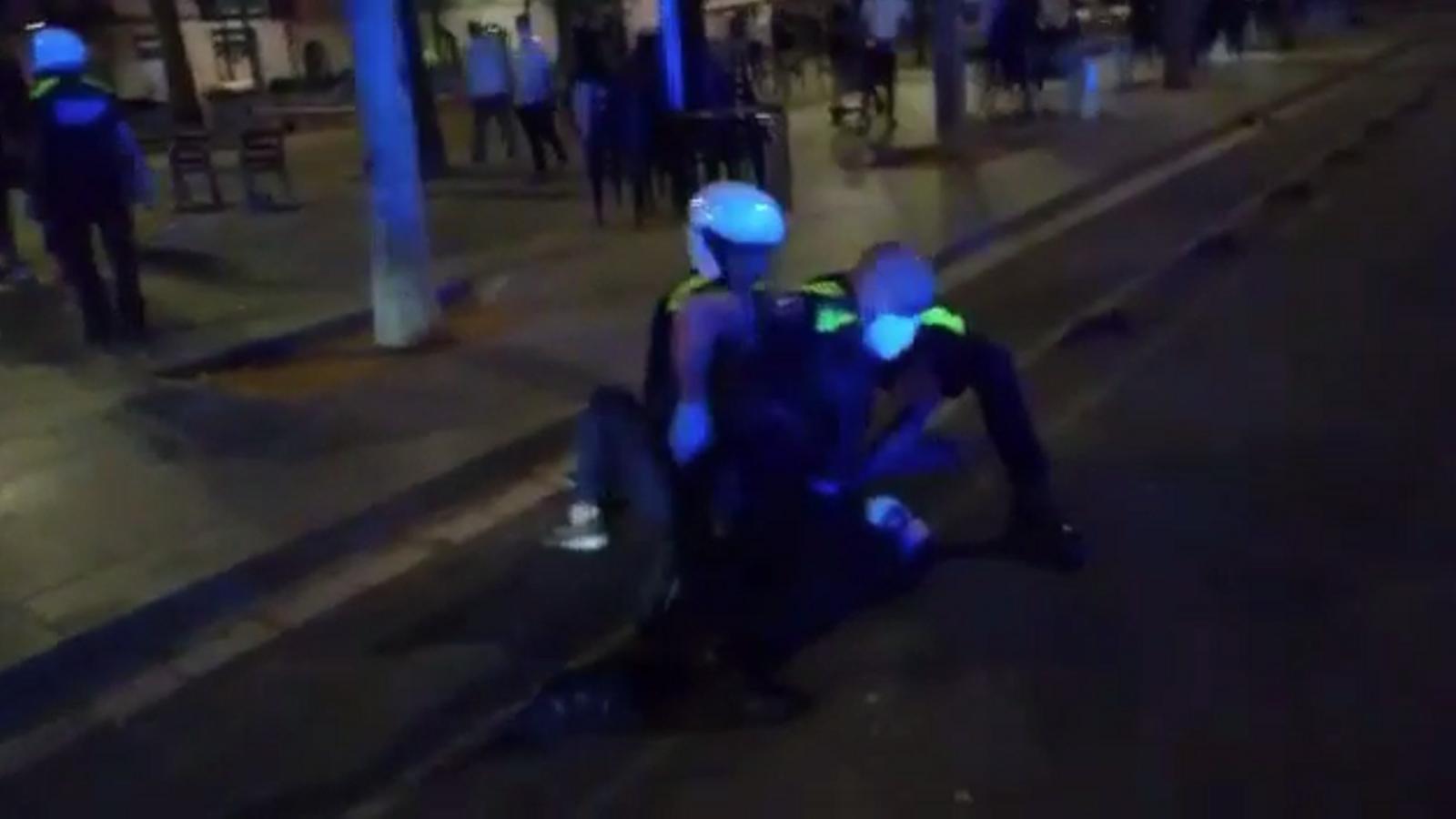 Amics dels activistes detinguts van gravar part de l'arrest i l'actuació policial