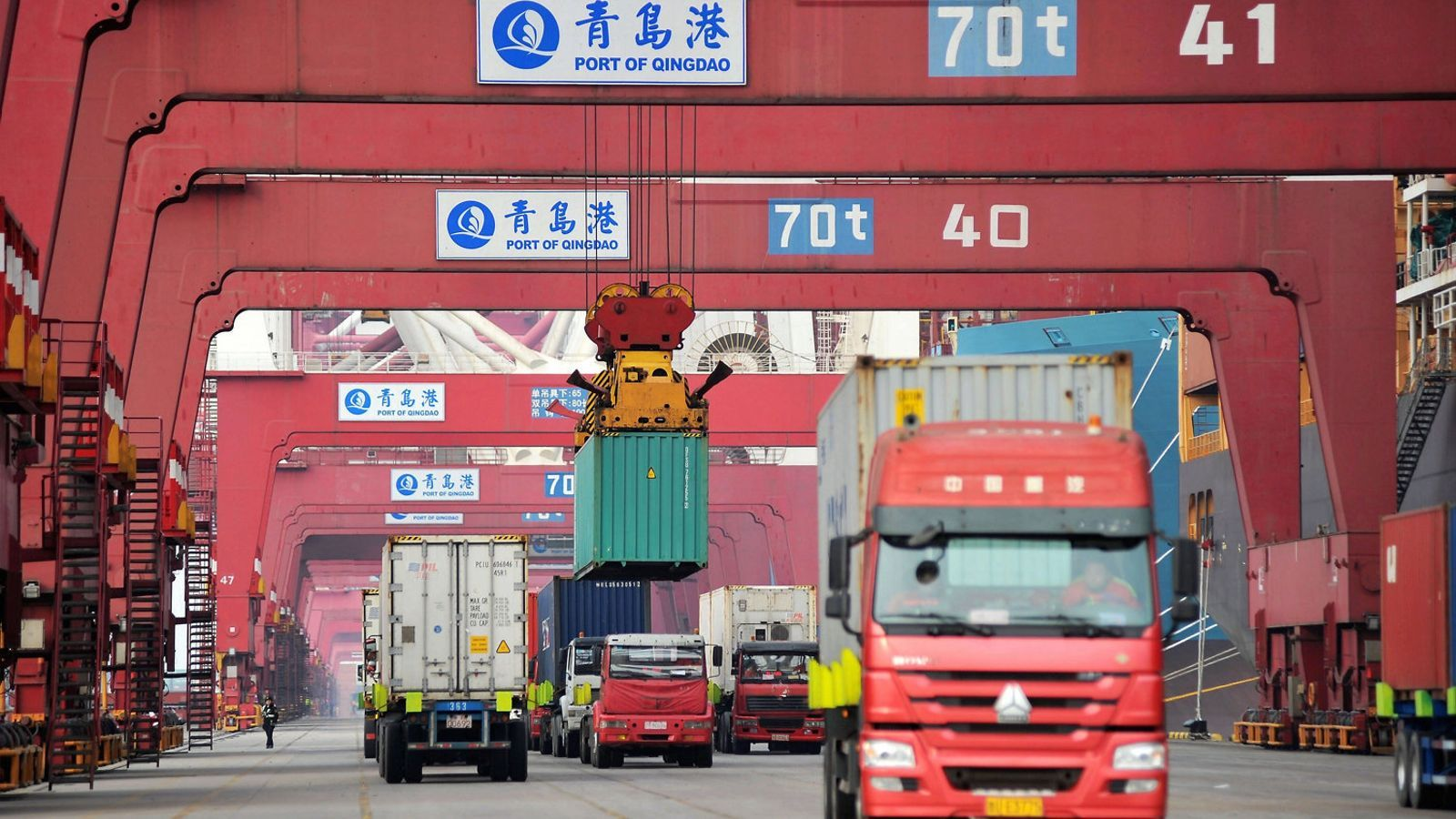 Trànsit de camions al port de Qingdao, a la Xina.