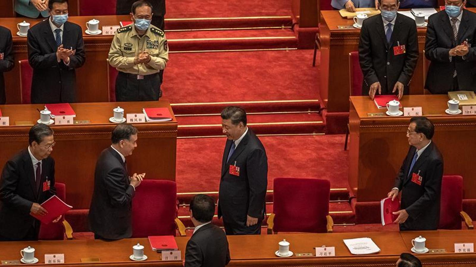 El president Xi Jinping  rebent l'aplaudiment dels dirigents territorials a l'última sessió del Congrés Nacional del Poble