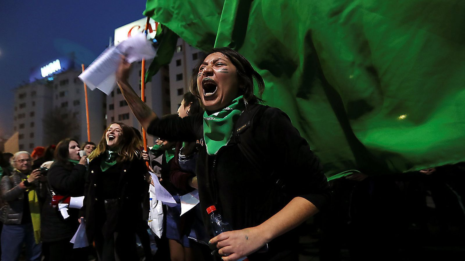 Un grup de manifestants protestant als carrers de Santiago de Xile a favor del dret a avortar.
