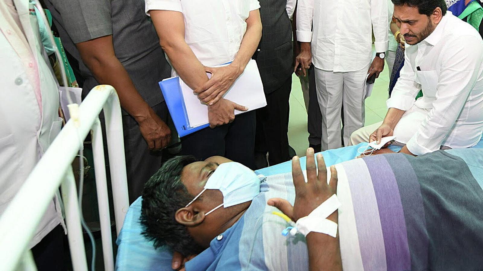 Un dels hospitalitzats rep la visita del primer ministre d'Andhra Pradesh
